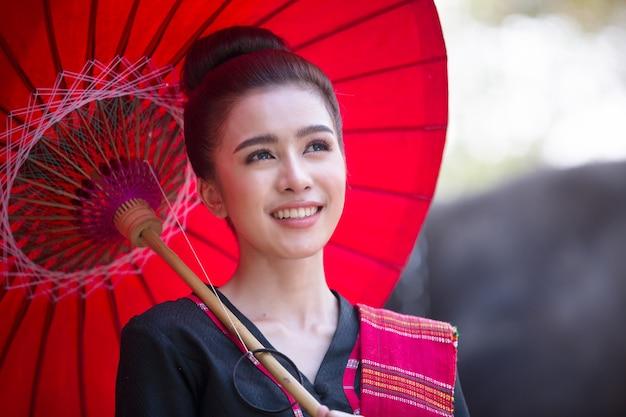 Culture asiatique des agriculteurs et des éléphants