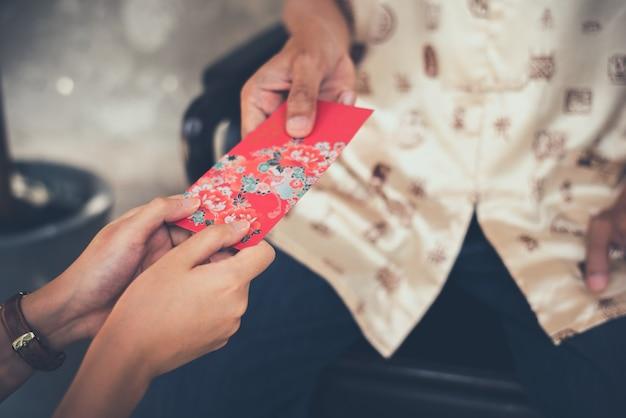 Culture chinoise dans le nouvel an chinois, les gens vont donner une enveloppe rouge.