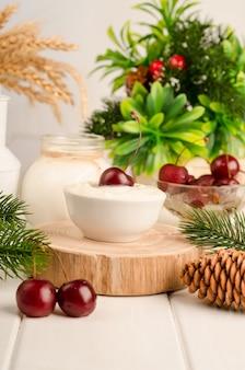 Culture laitière de démarrage pour la préparation de produits laitiers fermentés, yaourt, kéfir, lait cuit fermenté dans un bol sur fond de bois blanc