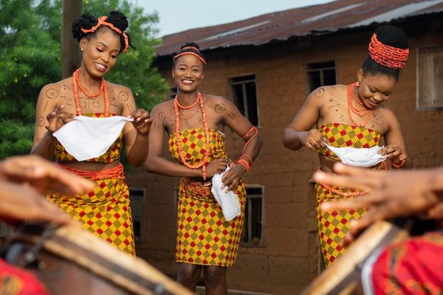 Culture locale avec des danseurs en gros plan