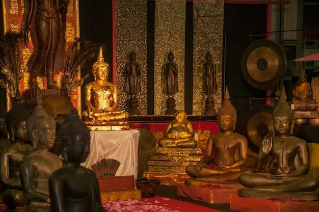Culture orientale : ensemble de statues de bouddha et de nombreux autres symboles de la culture orientale dans un beau tableau lumineux et complet.