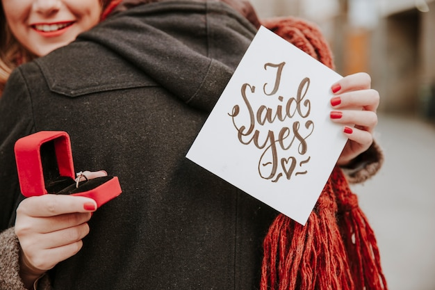 Cultures couple engagé dans la rue