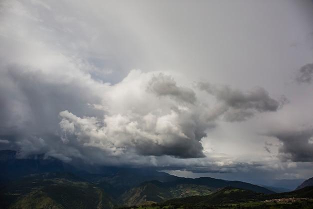 Cumulonimbus à serra del cadi, cerdagne, pyrénées, espagne