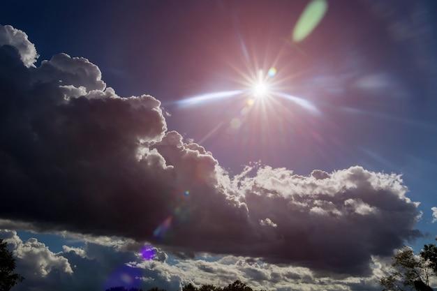 Cumulus cloudscape ciel bleu et nuage blanc beau temps journée ensoleillée.