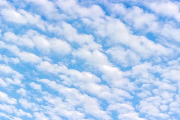 Cumulus moelleux blanc, ciel bleu