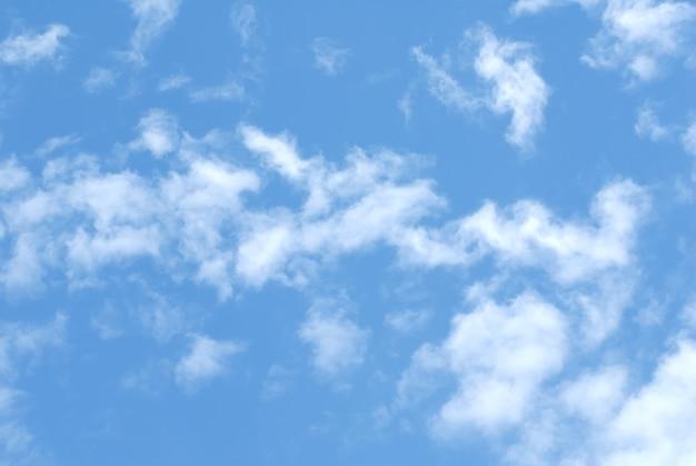 Cumulus nuages blancs dans le ciel bleu foncé