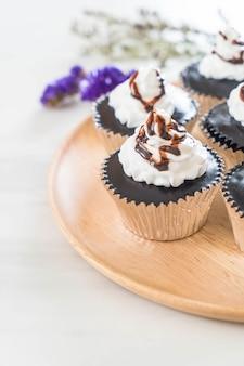 Cup cake au chocolat avec crème fouettée