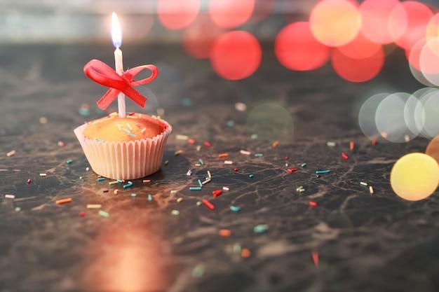 Cupcake d'anniversaire avec un bokeh de bougie