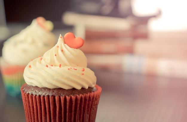 Cupcake au chocolat avec coeur arc-en-ciel pour l'amour saint-valentin
