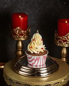 Cupcake au chocolat avec crème vanille et paillettes étoiles