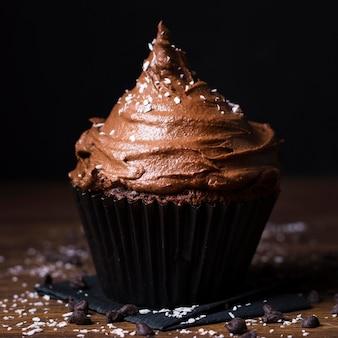 Cupcake au chocolat délicieux gros plan