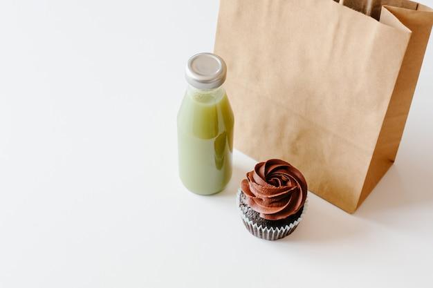 Cupcake au chocolat et jus