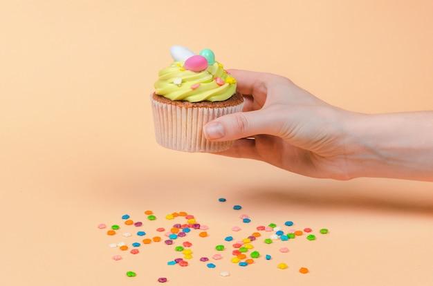 Cupcake aux pistaches de pâques avec des décorations