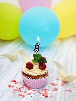 Cupcake avec une bougie chiffre neuf