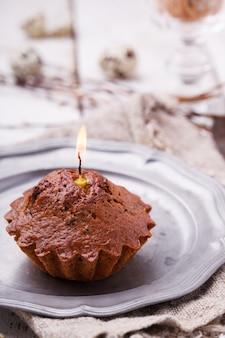 Cupcake avec une bougie, oeufs de caille décorant le saule.