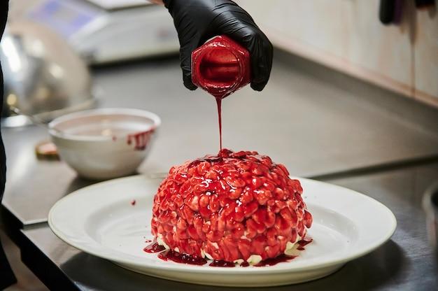 Cupcake citrouille au chocolat décoré de glaçage en forme de mise au point sélective du cerveau de la série drôle h...