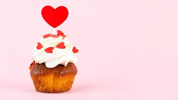 Cupcake avec coeur sur fond rose, place pour le texte, la saint-valentin