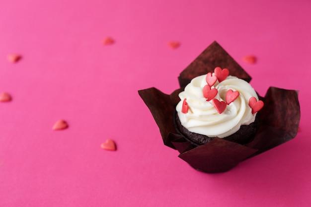 Cupcake décoré de coeurs. l'amour. concept de la saint-valentin. copie-espace, vue de dessus.