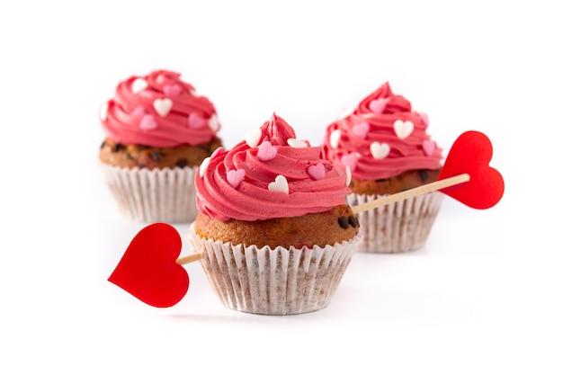 Cupcake décoré de coeurs de sucre et d'une flèche de cupidon pour la saint-valentin isolé sur fond blanc