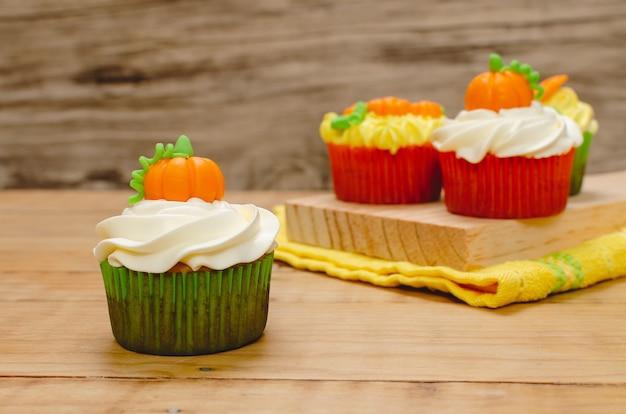Cupcake décoré de glaçage au fromage à la crème et fondant pour la célébration d'halloween