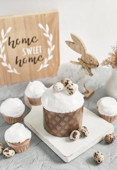 Cupcake fait maison sucré de pâques. carte de voeux. nourriture festive. lapin de pâques et oeufs. gâteaux et desserts faits maison.