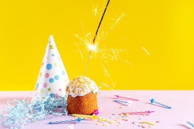 Cupcake festif avec sparkler. décorations pour un anniversaire ou des vacances.