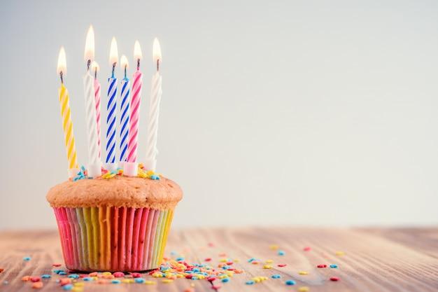 Cupcake de fête avec des bougies allumées