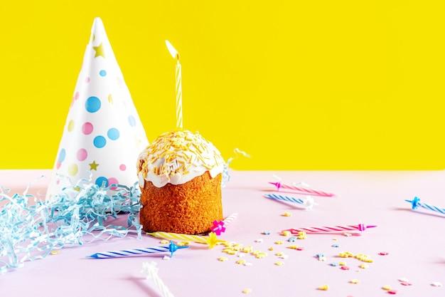 Cupcake de fête avec des bougies. décorations pour un anniversaire ou des vacances.