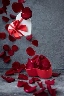 Cupcake en forme de coeur pour la saint valentin et pétales de rose
