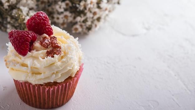Cupcake framboise et flocons de noix de coco. cupcake raffaello. fermer