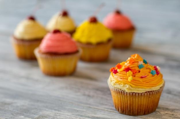 Cupcake avec glaçage à l'orange petit dessert décoré d'aliments qui met de bonne humeur recette simple et raffinée...
