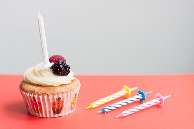 Cupcake maison d'anniversaire avec bougies