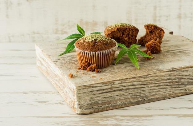 Cupcake avec de la marijuana. délicieux muffins au cupcake avec du cannabis cbd. médicaments à base de marijuana médicale dans les desserts alimentaires, légalisation de la ganja.