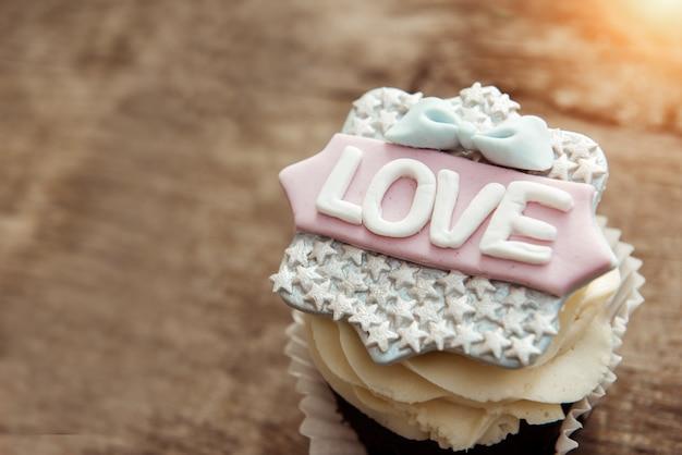 Le cupcake avec le mot amour