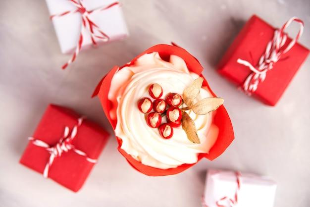 Cupcake de noël avec des décorations, vue de dessus. carte de noël avec cupcake avec glaçage à la vanille et fruits rouges.