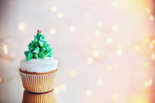Cupcake de noël avec des lumières sur fond