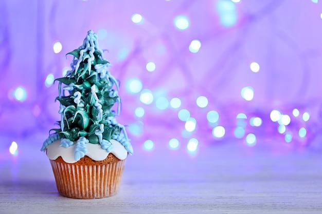 Cupcake de noël avec des lumières sur la surface