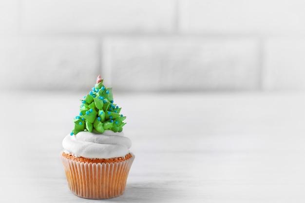 Cupcake de noël sur une surface claire