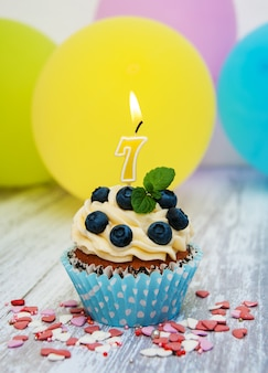 Cupcake avec un numéro sept bougie