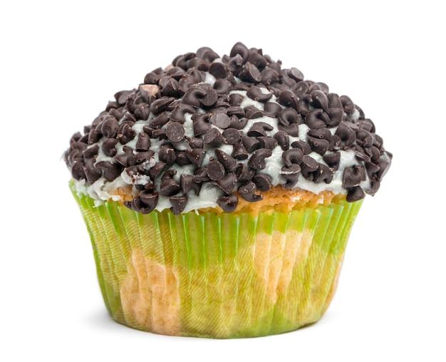 Cupcake recouvert de pépites de chocolat sur fond blanc en face de fond blanc