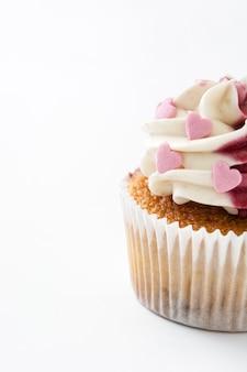Cupcake saint valentin décoré de coeurs doux sur blanc