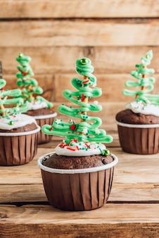 Cupcake de sapin de noël au chocolat avec garniture de sucre coloré