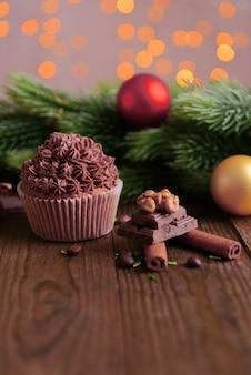 Cupcake savoureux avec crème au beurre, sur table en bois, sur fond clair