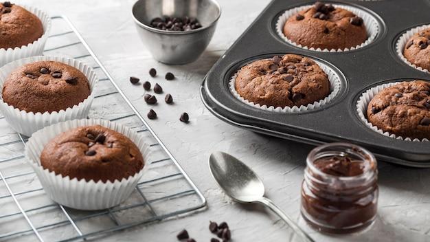 Cupcake savoureux haute vue dans une plaque à pâtisserie