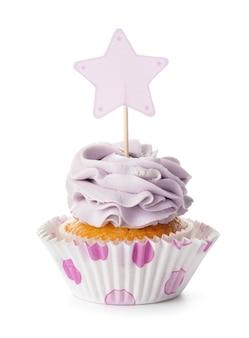 Cupcake savoureux avec topper élégant sur blanc
