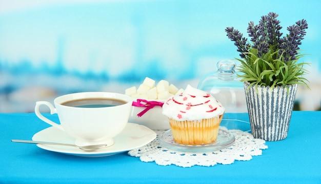 Cupcake sur soucoupe avec couvercle en verre, sur une surface brillante