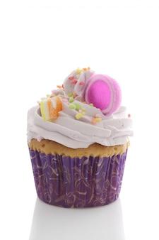 Cupcake violet isolé sur fond blanc