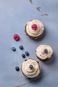 Cupcakes au chocolat sur béton