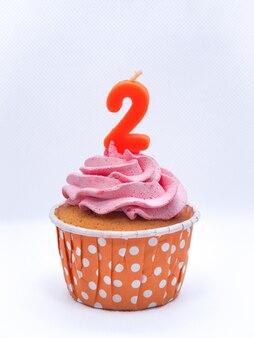 Cupcakes au chocolat avec des bougies 2 sur fond blanc, anniversaire ou anniversaire concept.