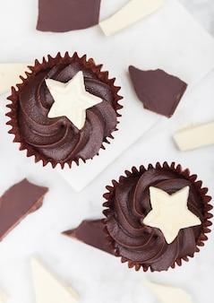 Cupcakes au chocolat noir avec étoile de chocolat blanc sur planche de marbre